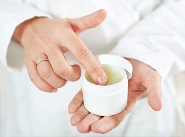 Мазь, вытягивающая гной: чем лучше вытянуть микробов из под кожи? Какое вытягивающее средство лучше для открытой и закрытой раны?